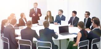 Бизнесмен говоря на предложении в переговорах Стоковое Фото