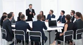 Бизнесмен говоря на предложении в переговорах Стоковое фото RF