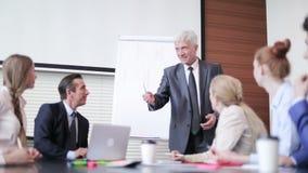 Бизнесмен говоря на семинаре видеоматериал