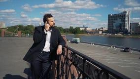Бизнесмен говоря на телефоне и очень сердитый Он выкрикивает и присягает в замедленном движении видеоматериал