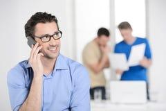 Бизнесмен говоря на телефоне. Уверенно молодые животики бизнесмена Стоковое Изображение RF