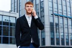 Бизнесмен говоря на телефоне outdoors Стоковое Изображение