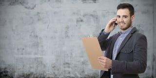Бизнесмен говоря на черни Стоковые Изображения RF