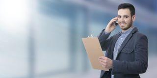 Бизнесмен говоря на черни Стоковое Изображение