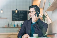 Бизнесмен говоря на smartphone Стоковые Фотографии RF