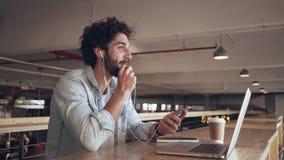 Бизнесмен говоря через наушники в кафе акции видеоматериалы