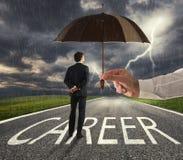 Бизнесмен готовый для того чтобы начать трудный путь карьеры с большой помощью зонтика Концепция поддержки и помощи стоковая фотография rf