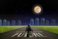 Бизнесмен готовый для того чтобы побежать будущая линия перед городом Ба ночи стоковые фото