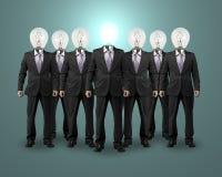 Бизнесмен головы шарика освещения стоя с группой Стоковые Фото