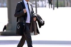 Бизнесмен гуляя на улицу. Стоковые Изображения
