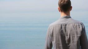 Бизнесмен гуляет вдоль пляжа в костюме восхищает красивый пляж акции видеоматериалы
