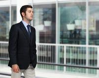 Бизнесмен гуляя в город Стоковое фото RF