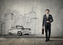 Бизнесмен гуляя в город Стоковые Изображения RF
