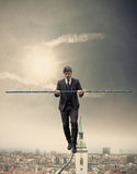 Бизнесмен гуляя на веревочку Стоковые Изображения