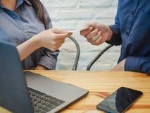 Бизнесмен давая визитную карточку коммерсантке в офисе Концепция делового партнера стоковые изображения