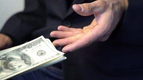 Бизнесмен давая деньги для того чтобы вручить в черных перчатках, взятке концепции преступления акции видеоматериалы