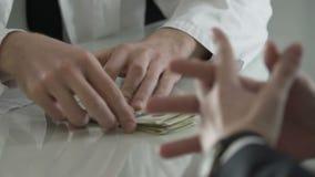 Бизнесмен давая деньги к медицинскому ученому для приобретения вакцин, пожертвования сток-видео