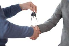 Бизнесмен давая ключи и тряся руки Стоковое Изображение RF