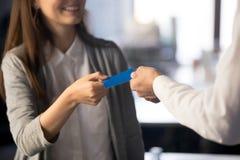 Бизнесмен давая посещая визитную карточку для коммерсантки, clo стоковые фото