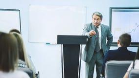 Бизнесмен давая представление на конференции Принципиальная схема сыгранности Стоковая Фотография RF