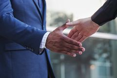 бизнесмен давая рукопожатие руки Стоковые Фотографии RF