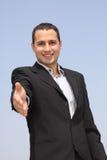 бизнесмен давая усмехаться рукопожатия руки Стоковое Изображение