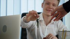 Бизнесмен дал ключи к новой квартире для клиента акции видеоматериалы