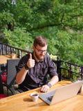 Бизнесмен делает хорошую работу в кафе в свежем воздухе стоковое фото rf
