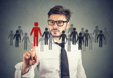 Бизнесмен делая выбор для новой восможности трудоустройства от толпы людей стоковые фотографии rf