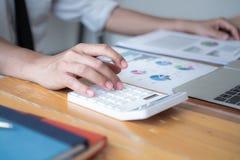 Бизнесмен делая вычисление с ручкой в руке, концепции финансов стоковые изображения rf