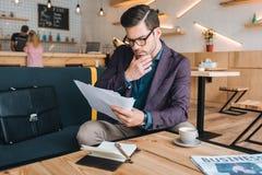 Бизнесмен делая обработку документов в кафе Стоковые Фотографии RF