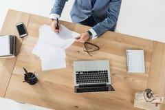 Бизнесмен делая обработку документов на рабочем месте с компьтер-книжкой в офисе Стоковое Фото