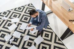 Бизнесмен делая обработку документов на современном офисе Стоковые Фото