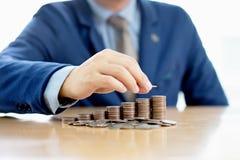 Бизнесмен делая стог монеток Стоковое Изображение