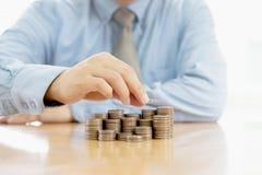 Бизнесмен делая стог монеток Стоковые Изображения RF