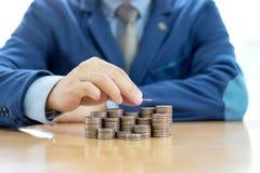 Бизнесмен делая стог монеток Стоковое Изображение RF