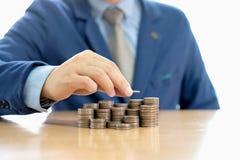 Бизнесмен делая стог монеток Стоковое Фото