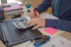 Бизнесмен делая финансы дальше высчитывает анализ работая с диаграммой прогноза продаж финансового учета финансовых результатов стоковое изображение