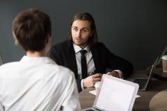 Бизнесмен деля идеи дела с женским партнером во время bo Стоковые Фото