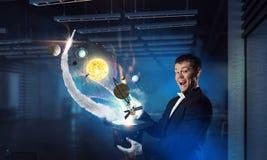 Бизнесмен демонстрируя волшебство Мультимедиа Стоковое Изображение