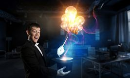 Бизнесмен демонстрируя волшебство Мультимедиа стоковые изображения rf