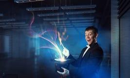 Бизнесмен демонстрируя волшебство Мультимедиа стоковое фото rf