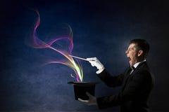 Бизнесмен демонстрируя волшебство Мультимедиа стоковая фотография