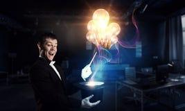 Бизнесмен демонстрируя волшебство Мультимедиа стоковые изображения