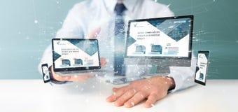 Бизнесмен держащ приборы соединенные с переводом сети 3d глобального бизнеса стоковое изображение