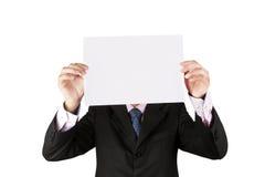 Бизнесмен держа белую бумагу Стоковые Фотографии RF