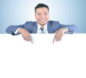 Бизнесмен держа белую доску Стоковое Фото