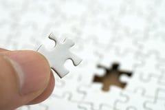 Бизнесмен держа белый зигзаг помещен на белом зигзаге использование как концепция дела предпосылки и концепция стратегии с экземп стоковое фото