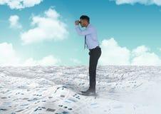 Бизнесмен держа бинокли в море документов под небом заволакивает Стоковые Изображения