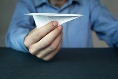 Бизнесмен держа бумажный самолет стоковые изображения rf